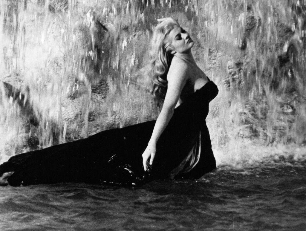La escena en la que se baña en la Fontana di Trevi en Roma en La dolce vita la convirtió en un ícono del cine de Federico Fellini.