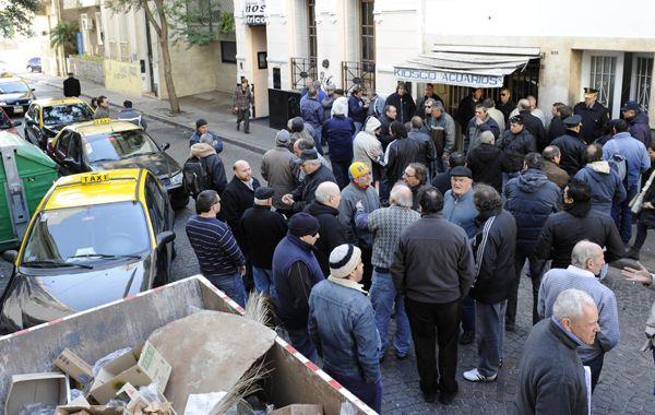 Los taxistas se concentraron hoy en el edificio anexo del Concejo. (Foto: S. Suárez Meccia)