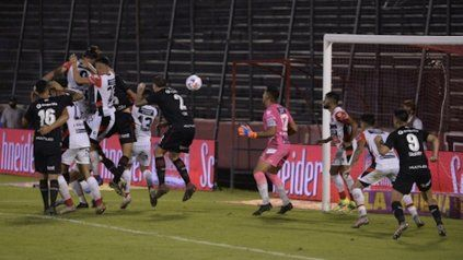 La apertura. El córner de Maxi terminó con un gol en contra de Sosa Sánchez.