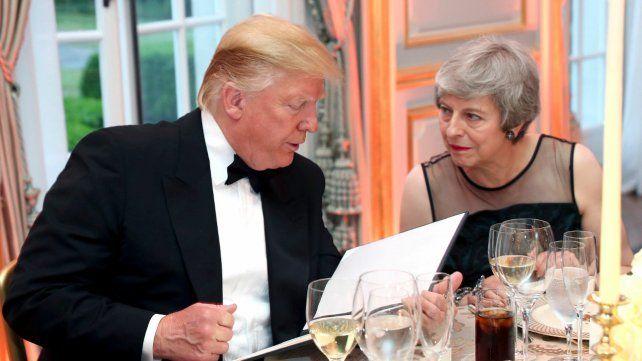 Trump, afectuoso con la renunciante May en su visita a Londres