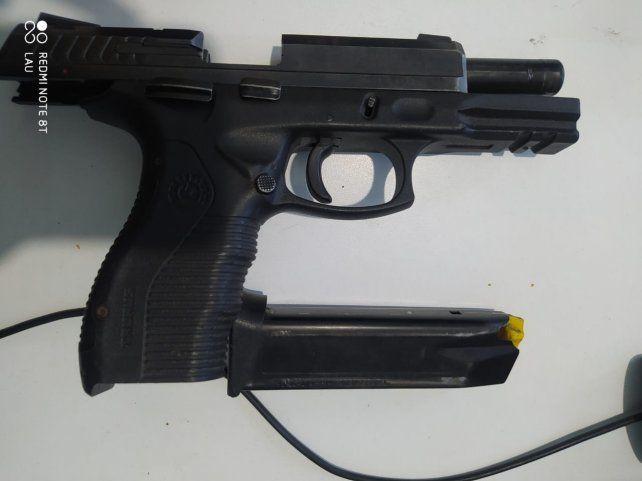 La policía secuestró una pistola 9 milímetros con cargador y municiones.
