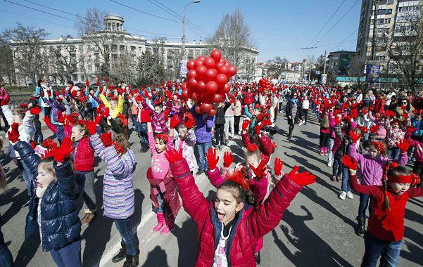 Fiestas. Tártaros ganan las calles para recordar la anexión a Rusia.