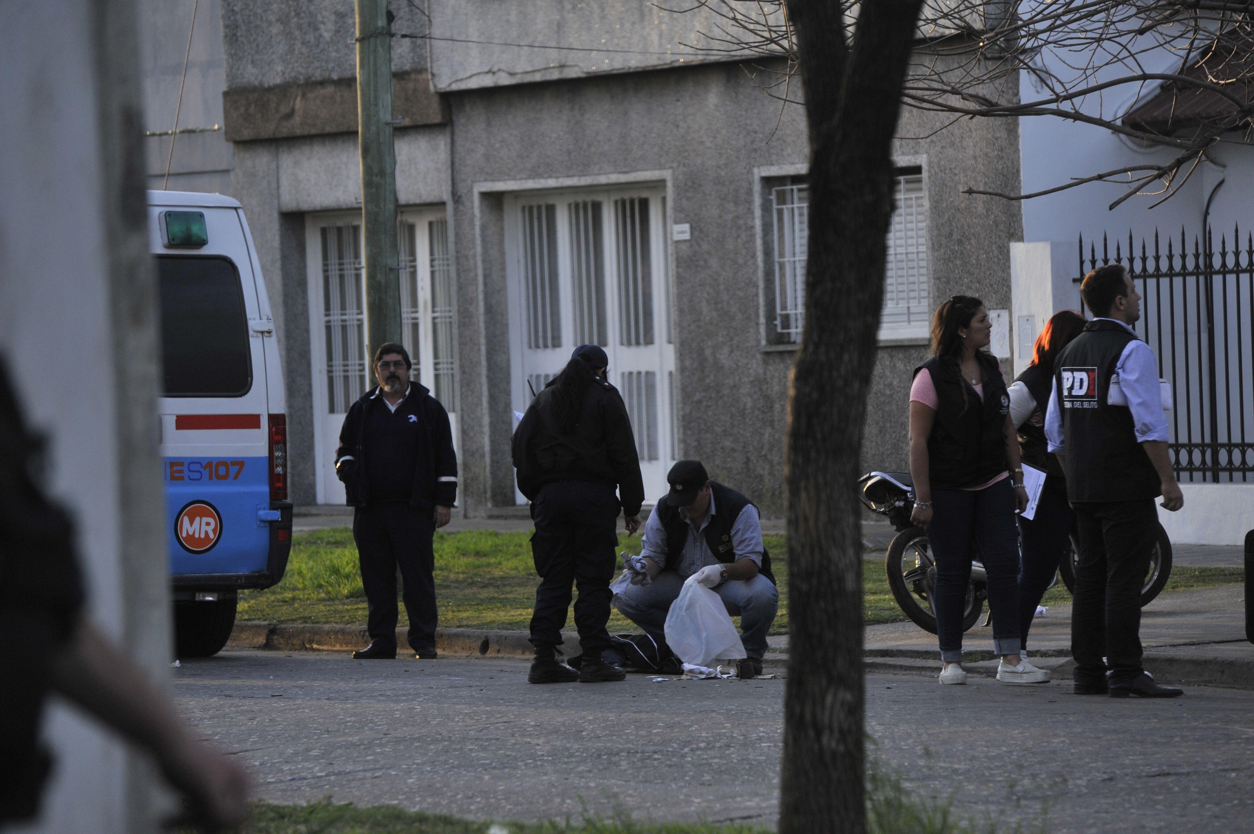 En la calle. El cuerpo del delincuente abatido quedó sobre el pavimento