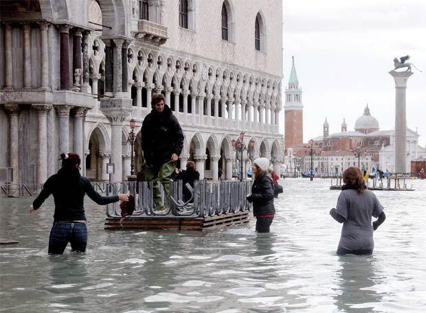 Marea histórica azota a Venecia, inunda la plaza San Marcos y amenaza la ciudad