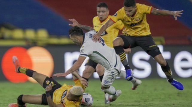 Vélez cayó al igual que Lucas Janson en esta jugada.
