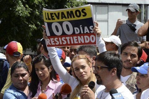 firmes. Lilian Tintori y el diputado Freddy Guevara durante el acto por los 100 días de lucha callejera.