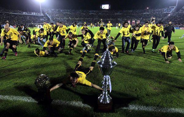 Peñarol festeja su flamante título.