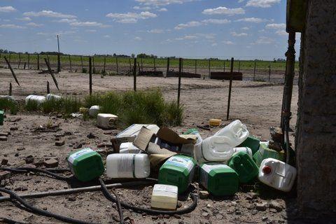 glifosato. Envases del temido herbicida en un campo santafesino. Una amenaza grave al derecho a la salud.
