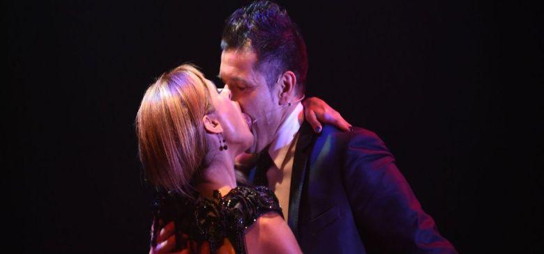 Maravilla Martínez le comió la boca a Iliana Calabró en plena función