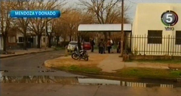 Vecinos protestan por olor nauseabundo de aguas servidas frente a un colegio de zona oeste
