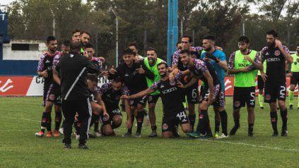 Cuarta victoria al hilo: El plantel de Central Córdoba festeja el gran triunfo obtenido ante Sportivo Italiano con tanto de Juan Manuel Cobelli.