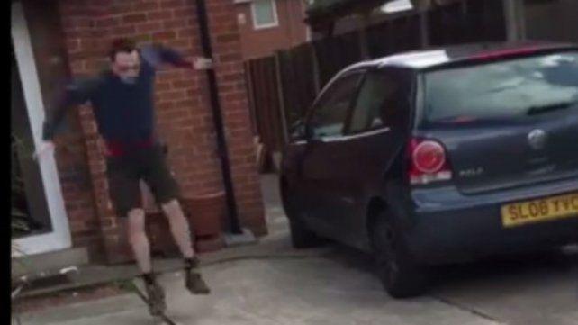La policía derribó la puerta de su casa y él se escapó saltando por la ventana