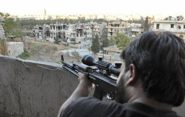 En la mira. Un francotirador apunta su fusil hacia un área controlada por el ejército sirio en la ciudad de Aleppo.