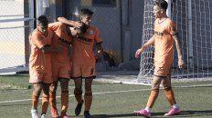 Venga ese abrazo. Celso Zacarías anotó el 2º tanto de Adiur y todos buscan felicitarlo. El naranja vapuleó a Arijón por 5 a 1.