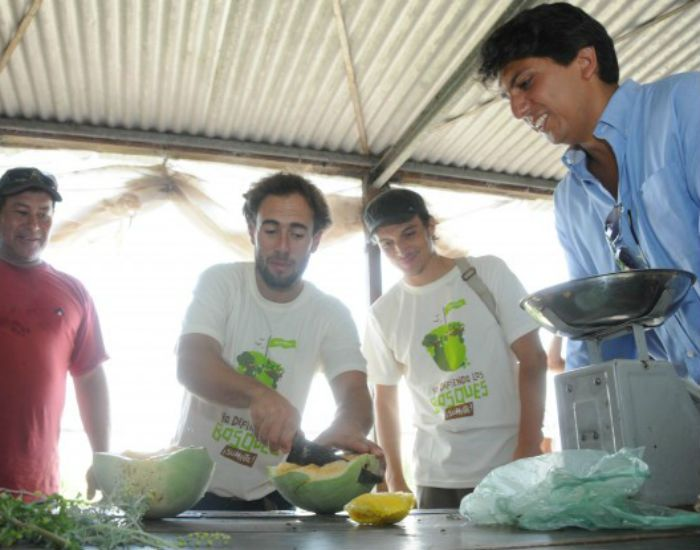 Los representantes de Greenpeace visitaron las huertas de Rosario y compraron productos frescos.  (Foto: Direcc. de comunicación Social /Silvio Moriconi)