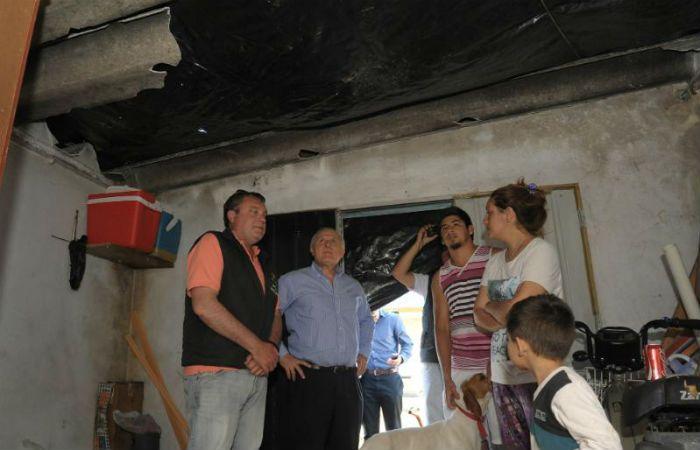 In situ. Lifschitz y el jefe comunal estuvieron en casa de vecinos afectados por la fuerte tormenta.