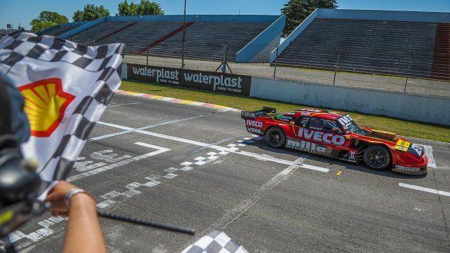 El Manu Urcera llega a la meta victorioso en el Gálvez. Fue su tercera victoria en el TC y lo pone en carrera para pelear el título.