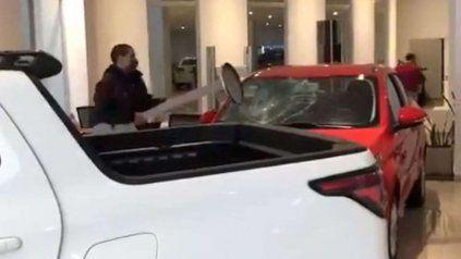 Un hombre irrumpió en una concesionaria y destrozó un auto 0 kilómetro.