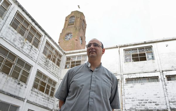 """El sacerdote es párroco en villa La Lata y asegura que en algunas familias hay """"hasta 3 generaciones de adictos""""."""