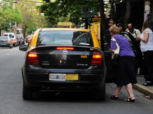 El taxista fue llevado en calidad de demorado a la seccional policial de la zona.