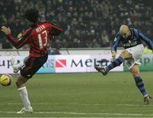 Con goles de Julio Cruz y Cambiasso, Inter le ganó el clásico a Milan