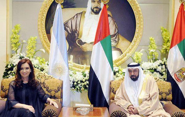 En el palacio. Cristina y su comitiva fueron recibidos por Khalifa bin Al Nahayan en la lujosa residencia oficial.