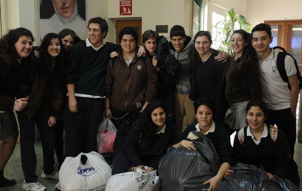 Solidarios. Los compañeros de una estudiante de 3er. año del colegio Los Angeles colaboran con una colecta.