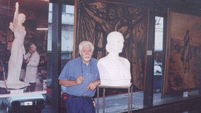 Paco Pelló en el Centro Cultural Bernardino Rivadavia ante de abrir la muestra sobre los 50 años de trabajo en 2002.
