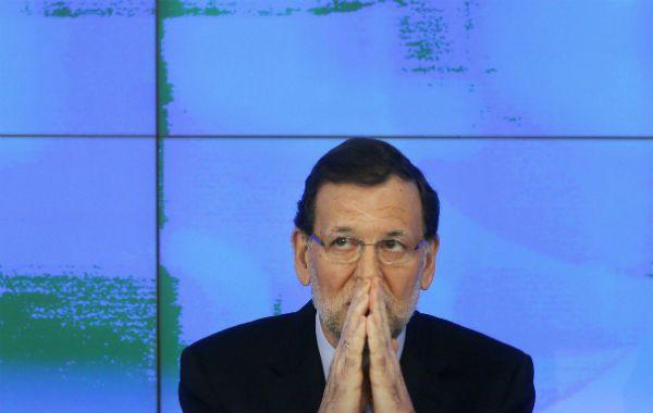 En problemas. Rajoy mientras hacía su declaración en la sede del PP. Nunca recibí ni repartí dinero negro.