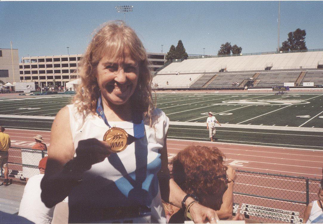 Premio Máximo. La atleta rosarina muestra la medalla de oro conseguida en el Mundial de Sacramento