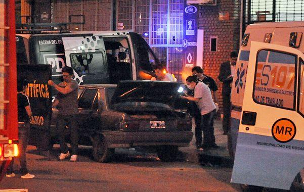 El auto estuvo más de un día estacionado con el cadáver en su interior. No descartan que sea muerte natural.