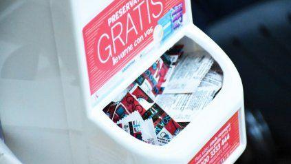 Licitación millonaria: Nación compra penes de madera y dispensers de preservativos