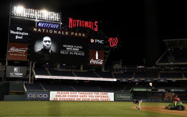 El marcador muestra una imagen de George Floyd después de un partido de béisbol entre los Nacionales de Washington y los Cardinals de St. Louis