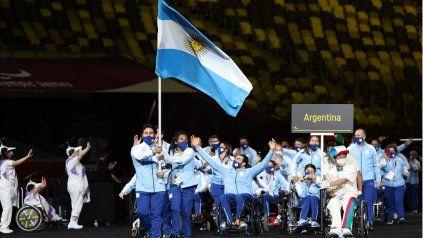 Fabián Ramírez y Yanina Rodríguez portaron la bandera de de la delegación argentina en los Juegos Paralímpicos de Tokio 2020.