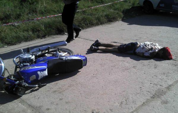 Sin Vida. El cadáver de Ezequiel Elías Martínez quedó tirado junto a la moto en la que viajaba junto a El hueco.