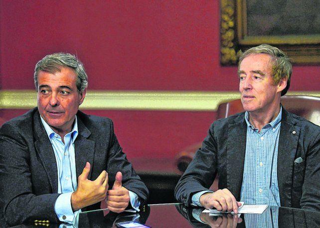 estrechando lazos. Diego Sueiras (Fundación Nueva Generación Argentina) y el embajador Noel Campbell.