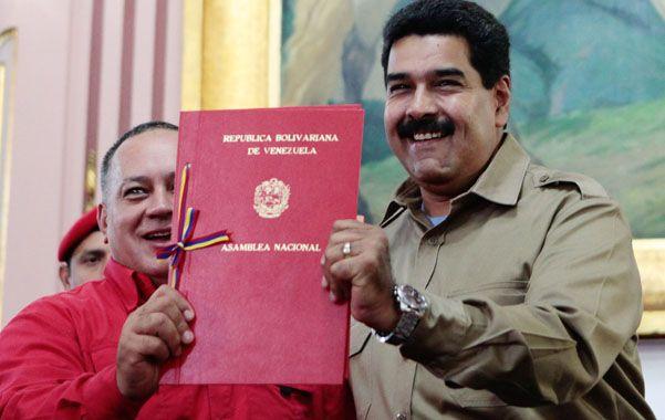 Más Control. Cabello y Maduro muestran la ley habilitante del Congreso.