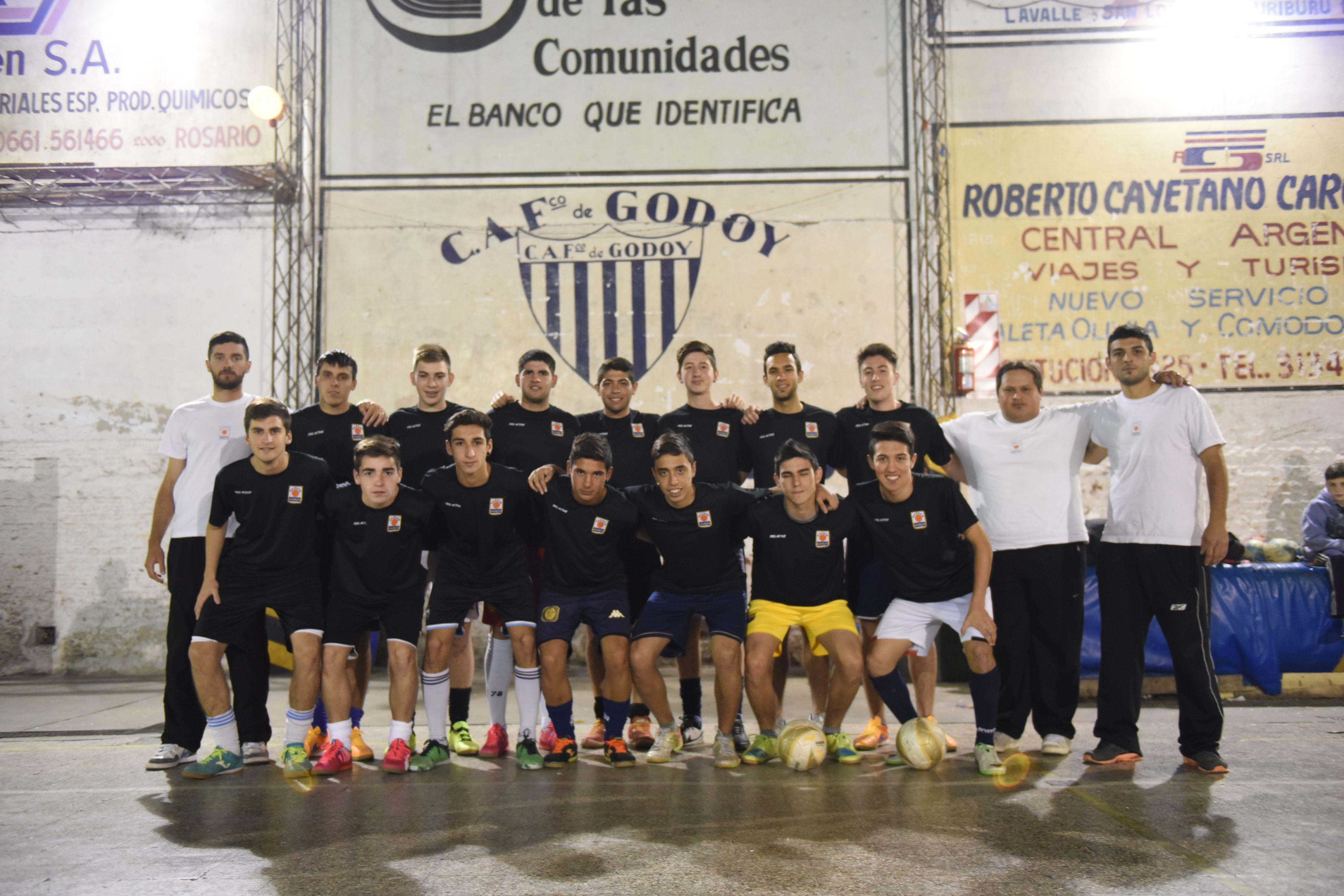 Seleccionados. Los juveniles de futsal en la práctica de ayer en Club Godoy.