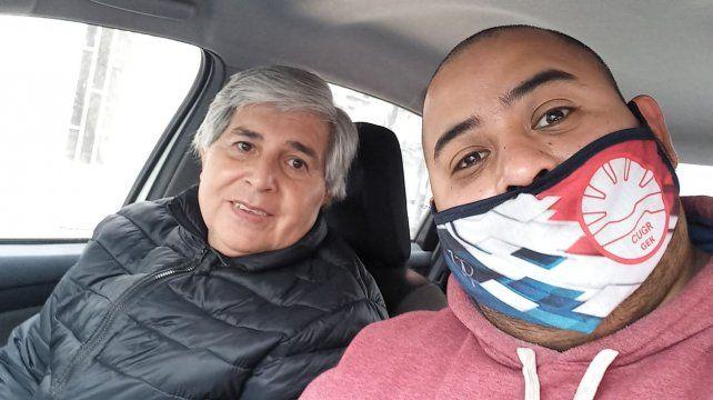 Beto Sosa (campera negra) junto a su hijo Damián tras el alta médica del hospital provincial Dr Gutiérrez en Venado Tuerto. El efector público se convirtió en el centro de excelencia médica para el tratamiento por coronavirus.