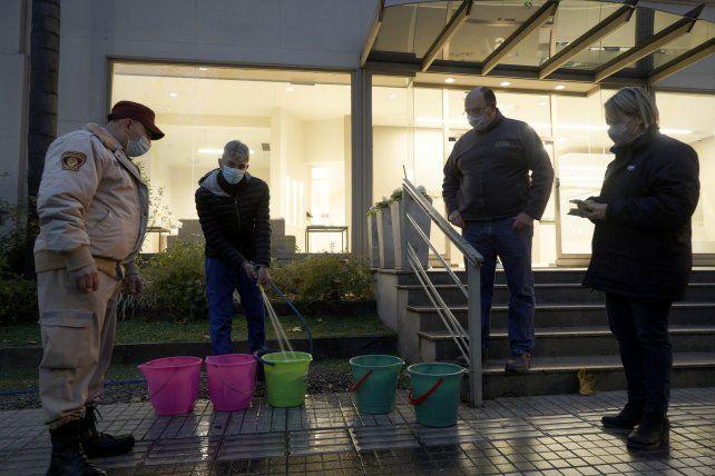 Fiscalizan el uso de baldes para limpiar las veredas y evitar el derroche de agua.