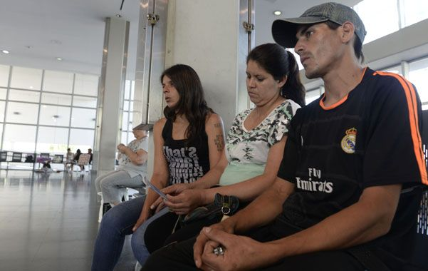 Familiares de David aguardaban ayer la evolución del chico en el Hospital Clemente Alvarez.