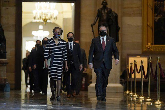 Protocolo. La delegación acusadora de la Cámara baja se dirige con paso solemne hacia el Senado a entregar el expediente.