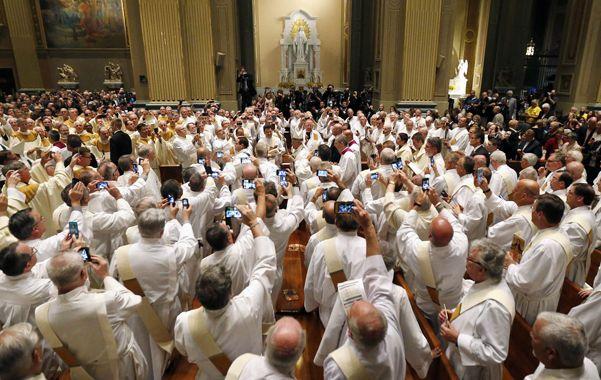 Fotos. El Papa camina por la nave rumbo al altar mientras