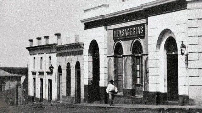 Bajada grande (hoy Sargento Cabral) en una fotografía de 1866 con los almacenes aduaneros de fondo.