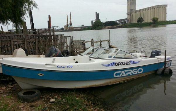 En el río. Una de las embarcaciones que la policía atribuye a la banda narco.