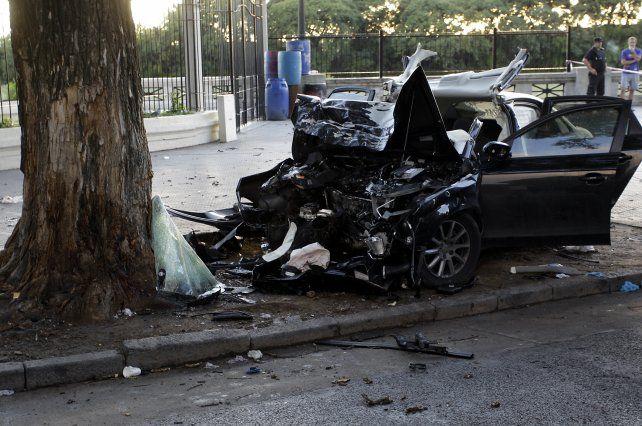 Tres jóvenes murieron al chocar con un Audi contra un árbol en Puerto Madero