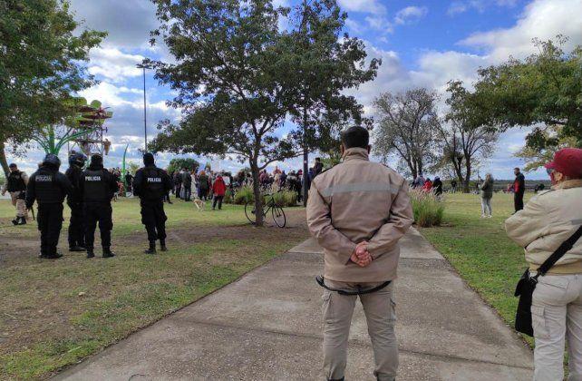 El parque de las Colectividades fue escenario de una concentración en contra de las restricciones.