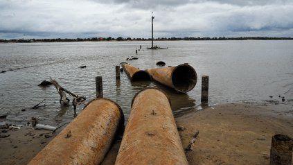 La bajante del río desnudó caños de desagües y muchos desperdicios.