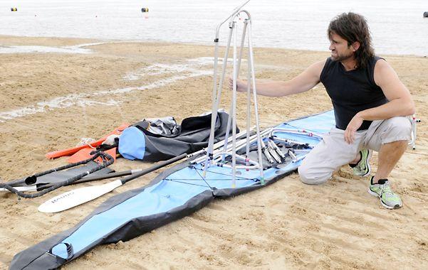 Aragües arma el kayak en una de las playas de la zona norte tras sacarlo de un bolso.