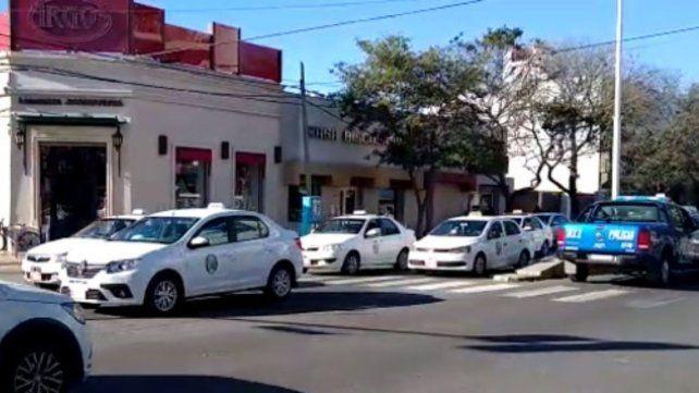 Los bocinazos de los taxis y remises se hicieron oír en el centro de San Lorenzo para reclamar la vacuna contra el Covid-19.